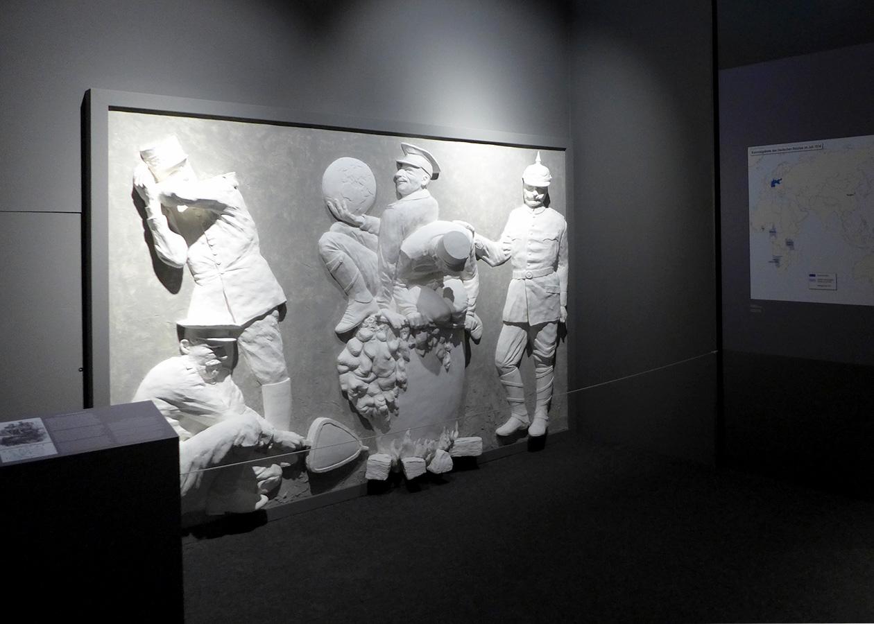 Kunstinstallation mit Halbplastiken zum Ausbruch desErstenWeltkrieges