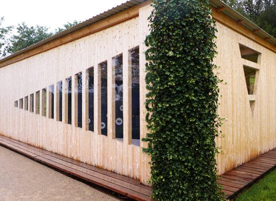 Außenansicht des Holzpavillons