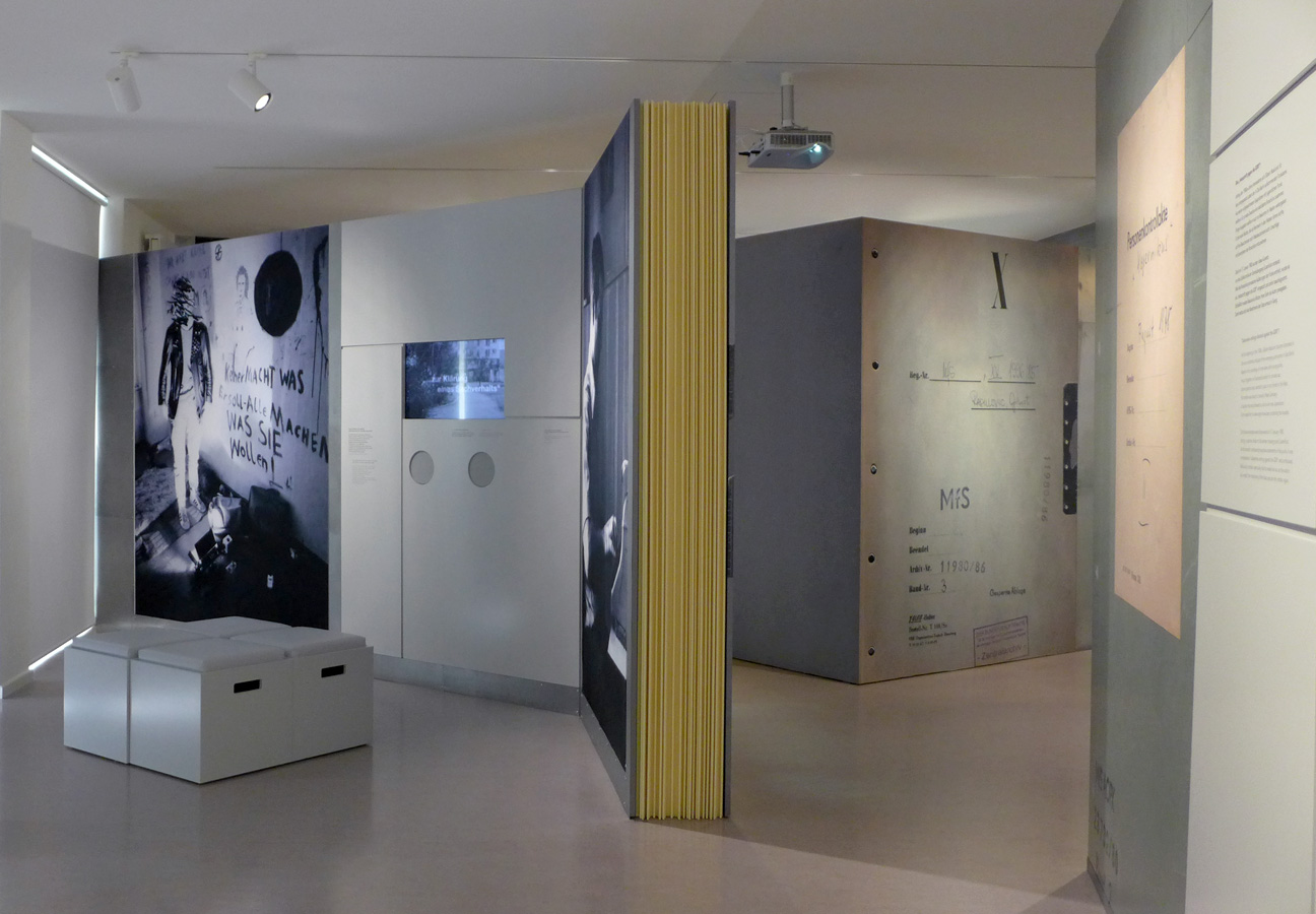 Rauminszenierung mit »begehbaren Stasi‑Akten«