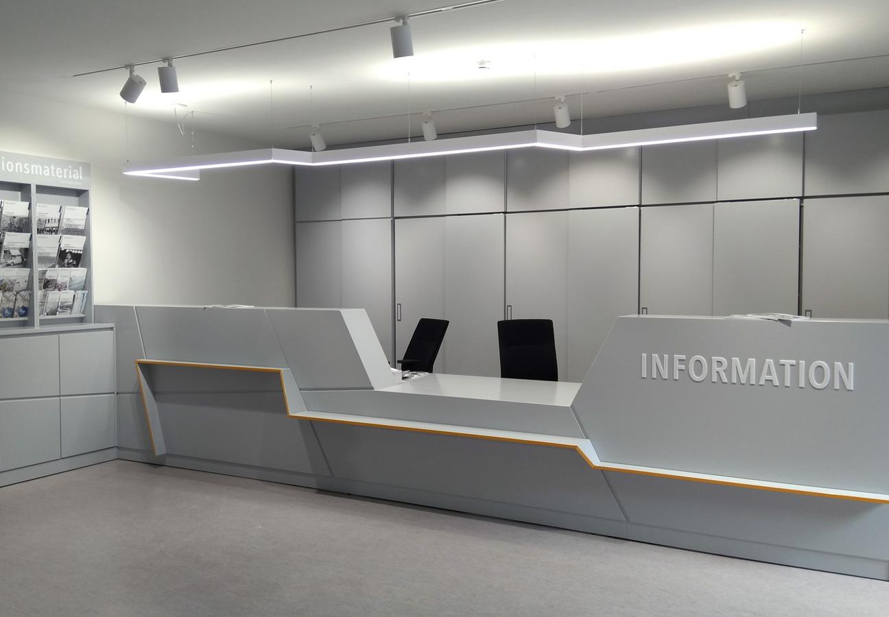 Empfangsbereich mit Informationstresen