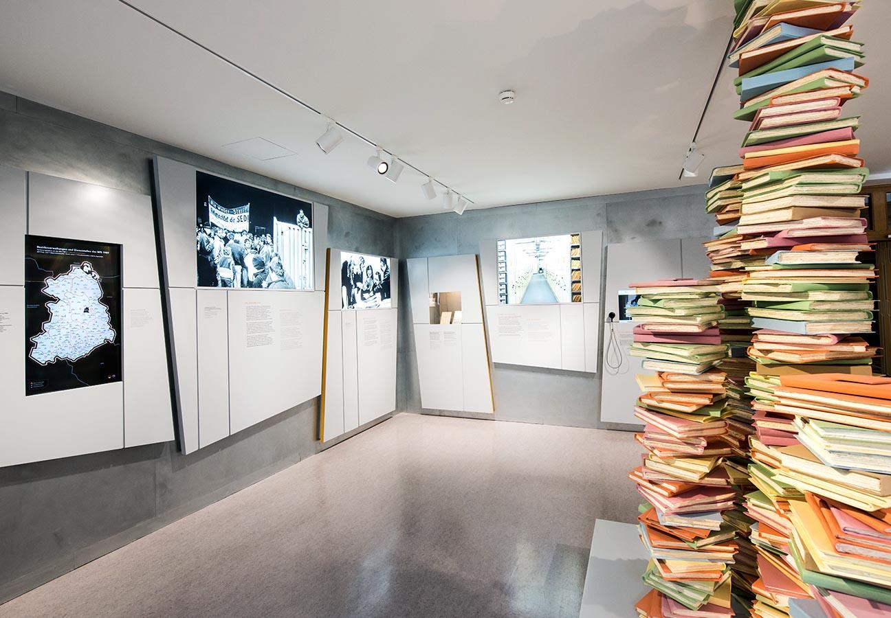 Kunstinstallation »Aktenstapel« imEingangsbereich